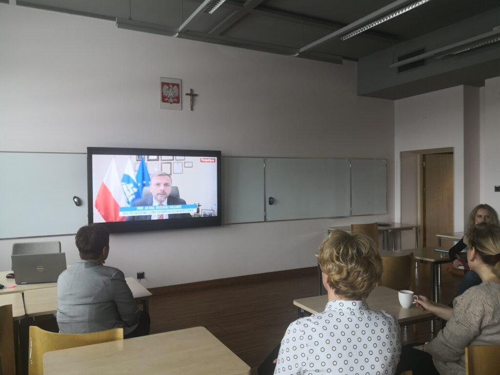 Przedtawiciele szkoły oglądający transmisjcę wręczenia nagród