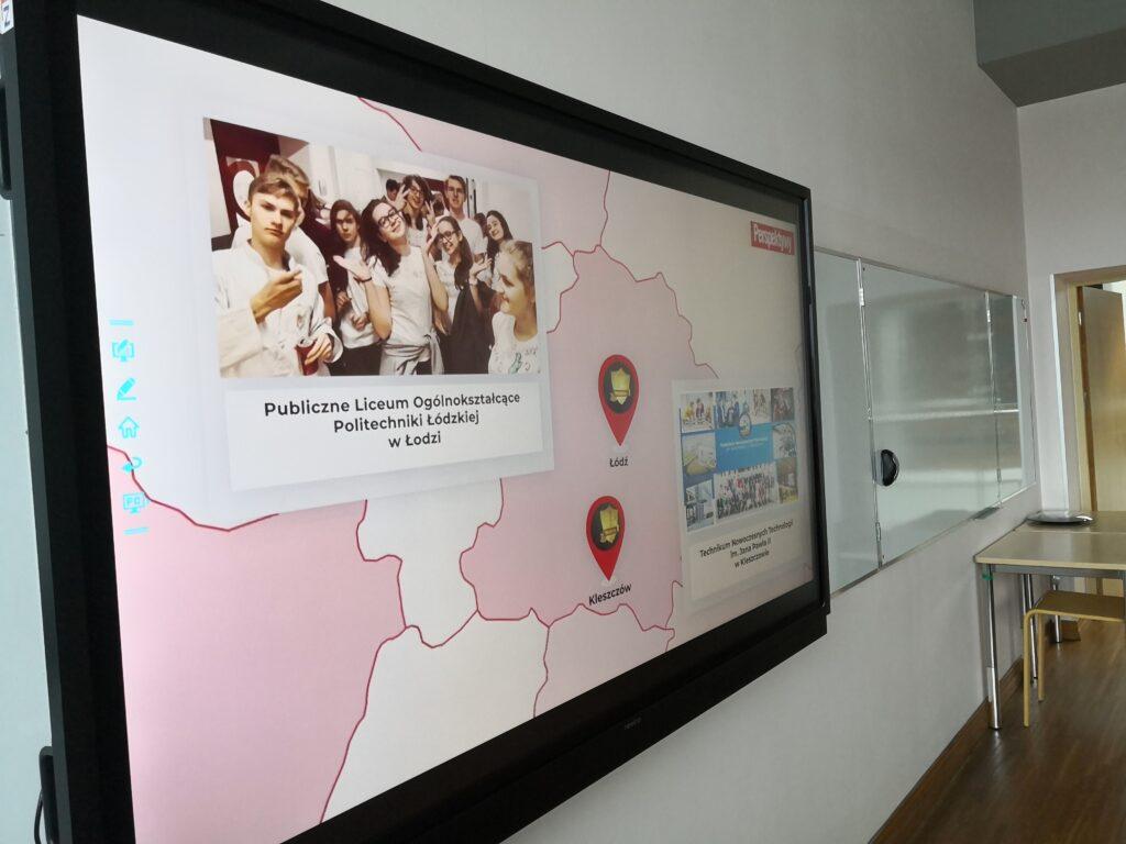 Telewizor z wyświetloną mapą prezentjącą wyniki rankingu wojewódzkiego