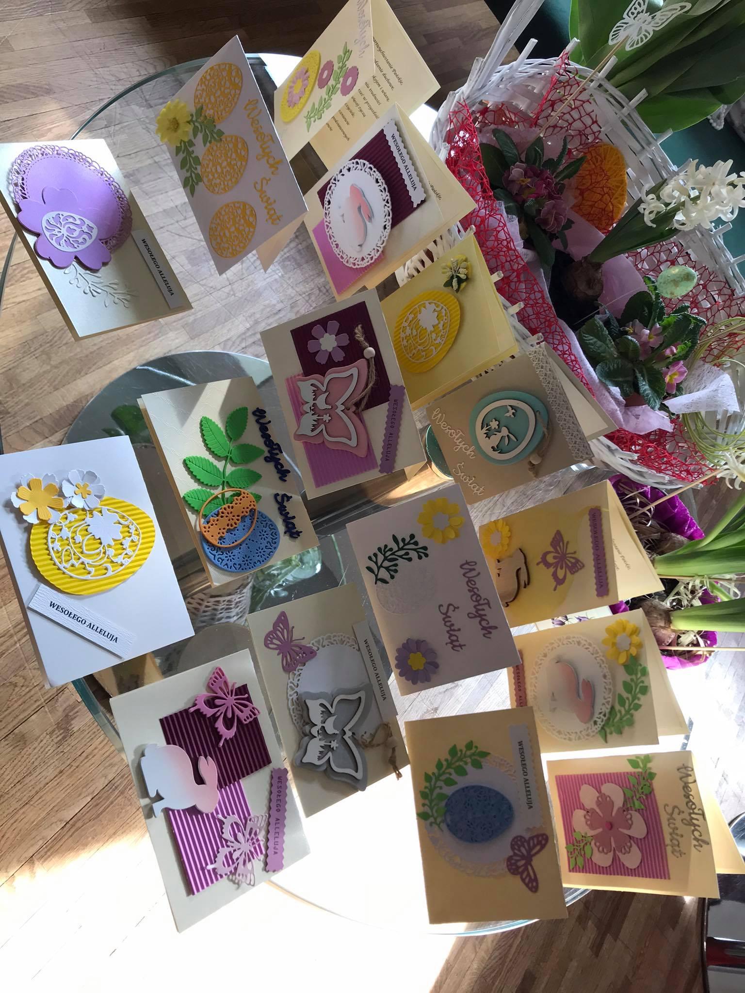 Karty przyozdobiono elementami kojarzącymi się z wiosną i Wielkanocą: jajkami, zajączkami, kwiatami, gałązkami, motylami.