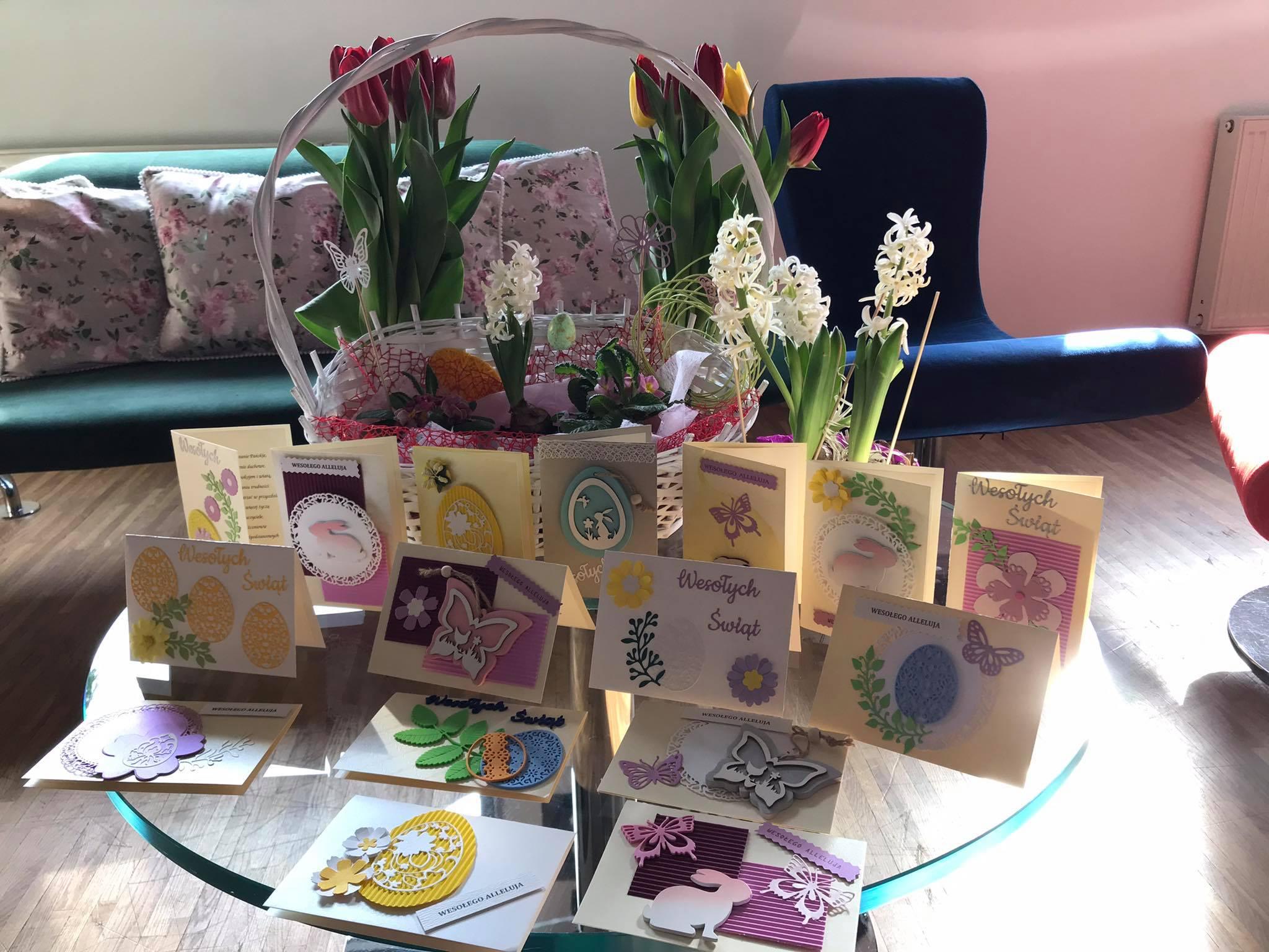 Elementy ozdobne wykonane są z kolorowego papieru: żółtego, zielonego, różowego, fioletowego. Motyle oraz zajączki wykonane są z drewna. Na każdej karcie widnieje napis: Wesołych Świąt.