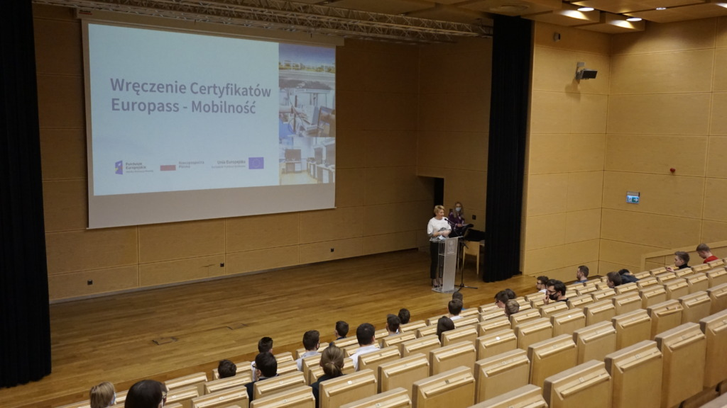 Dyrektor ZSP Kleszczów rozpoczynająca wręczanie certyfikatów europass