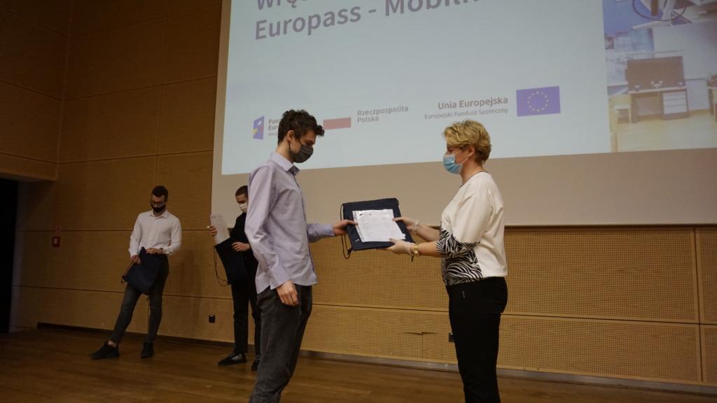 Dyrektor ZSP Kleszczów wręcza certyfikat uczniowi technikum