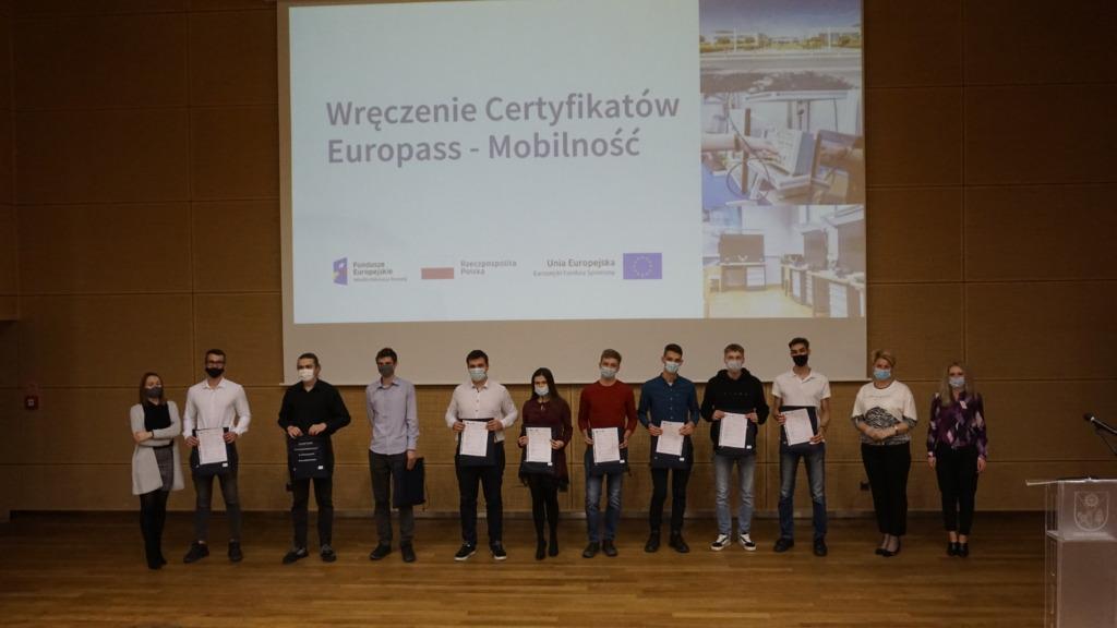 Zdjęcie grupowe, uczniowie technikum z certyfikatami Europass