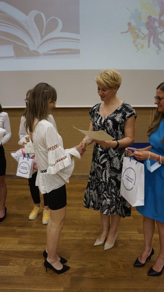 Nauczyciel języka obcego prezentująca wygranych w konkursach