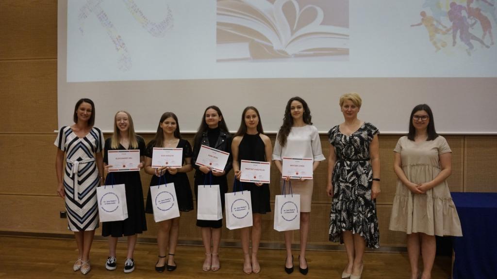 Uczniowie wraz z dyrektor zsp na scenie podczas zakończenia roku szkolnego 2020/21