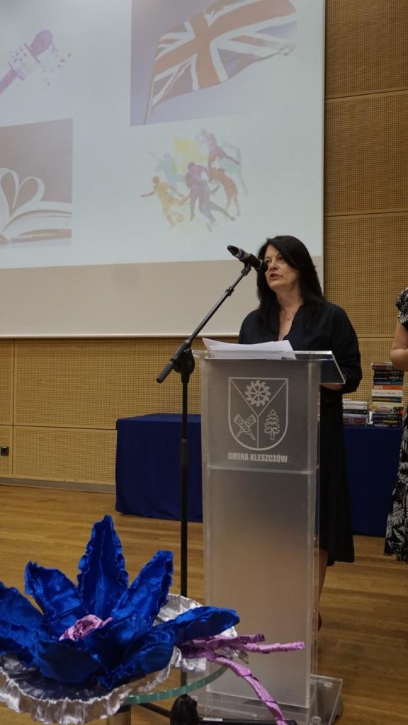 Nauczyciel prezentująca wygranych w konkursach