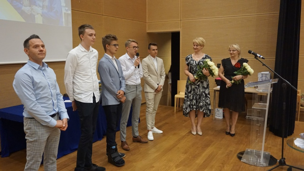 Samorząd uczniowski wraz z dyrektor zsp na scenie podczas zakończenia roku szkolnego 2020/21