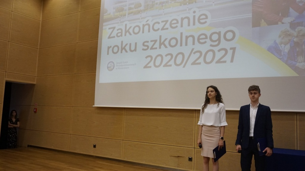 Prowadzący galę zakończenie roku szkolnego 2020/21