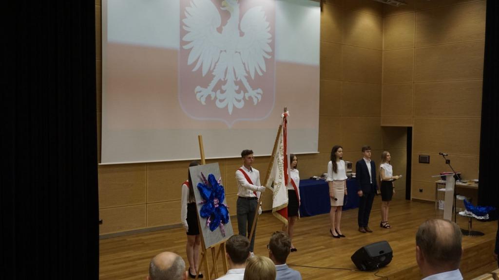 Moment odśpiewania hymnu polski
