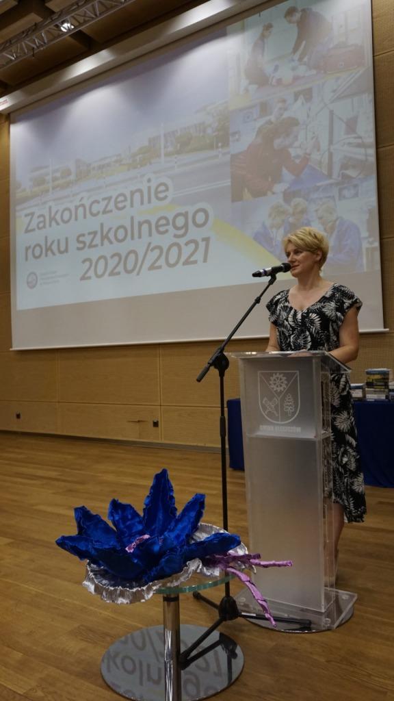 Dyrektor ZSP w Kleszczowie podczas zakończenia roku szkolnego 2020/21