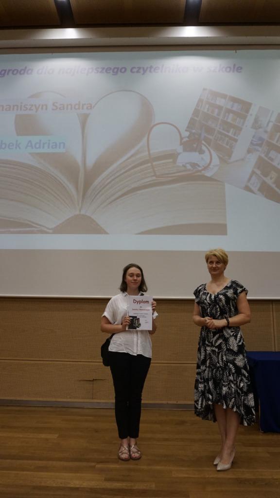 Uczennica wraz z dyrektor zsp na scenie podczas zakończenia roku szkolnego 2020/21