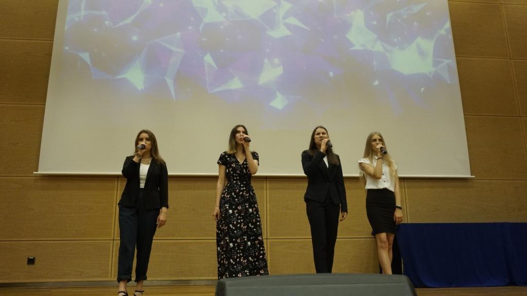 Uczennice podczas wykonywania utworu na zakończenie roku szkolnego 2020/21