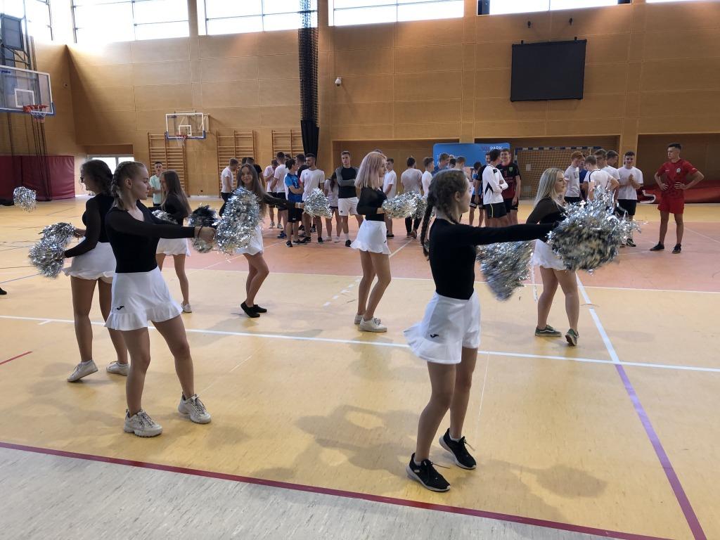 Uczennice tańczące z pomponami