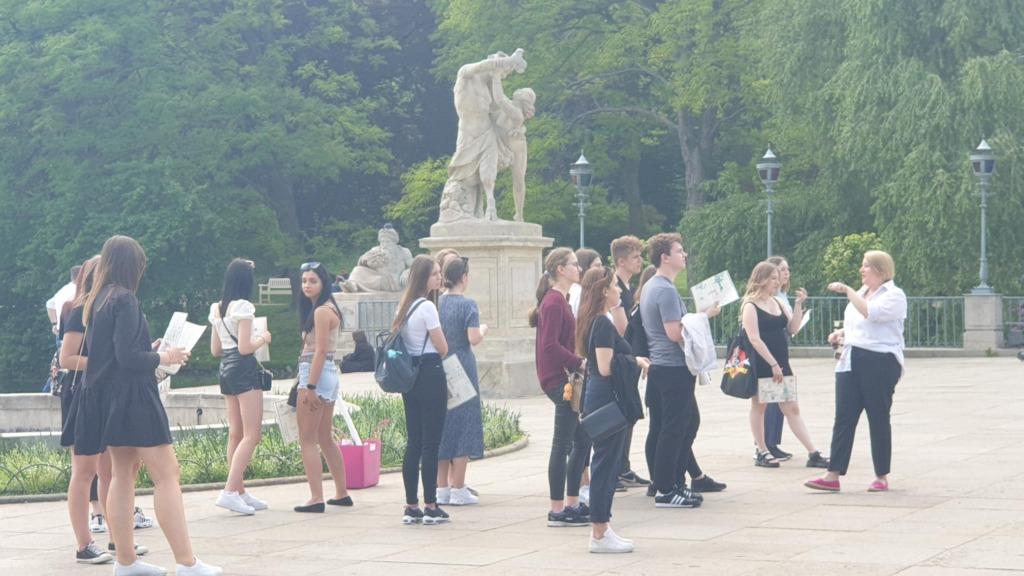 Na zdjęciu uczniowie przed Pałacem na Wyspie podczas lekcji muzealnej w Łazienkach Królewskich.