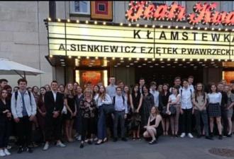 Grupowe zdjęcie uczniów, po spektaklu Kłamstewka w Teatrze Kwadrat w Warszawie.