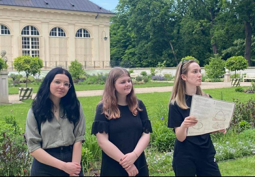 Na zdjęciu uczennice podczas lekcji muzealnej w Łazienkach Królewskich.