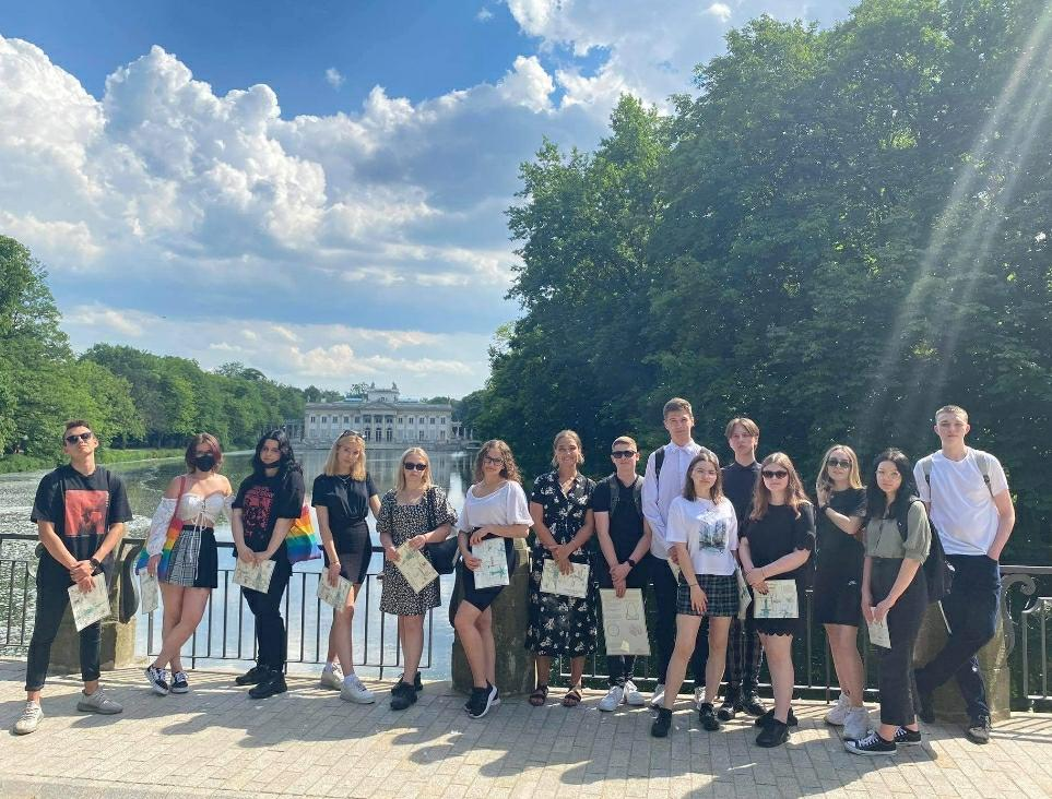 Zdjęcie grupwe uczniów w Łazienkach Królewskich.