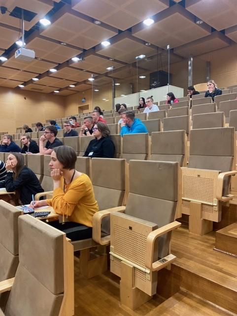 Uczniowie liceum i technikum ZSP piszą dyktando w języku obcym.