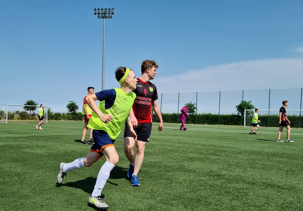 Uczniowie grający w piłkę nożną