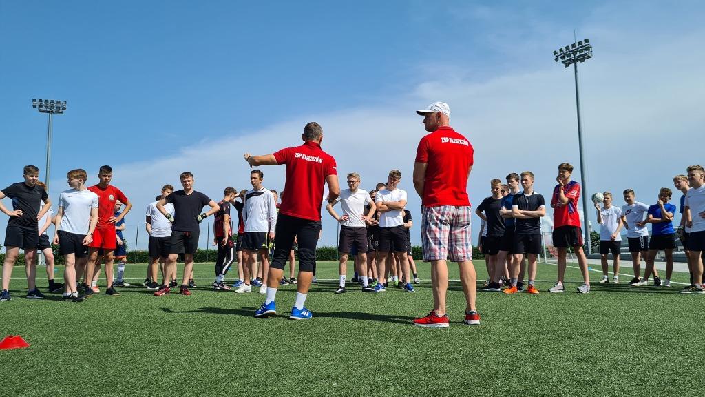 Nauczyciele wychowania fizycznego z uczniami przed rozpoczęciem meczu pii nożnej