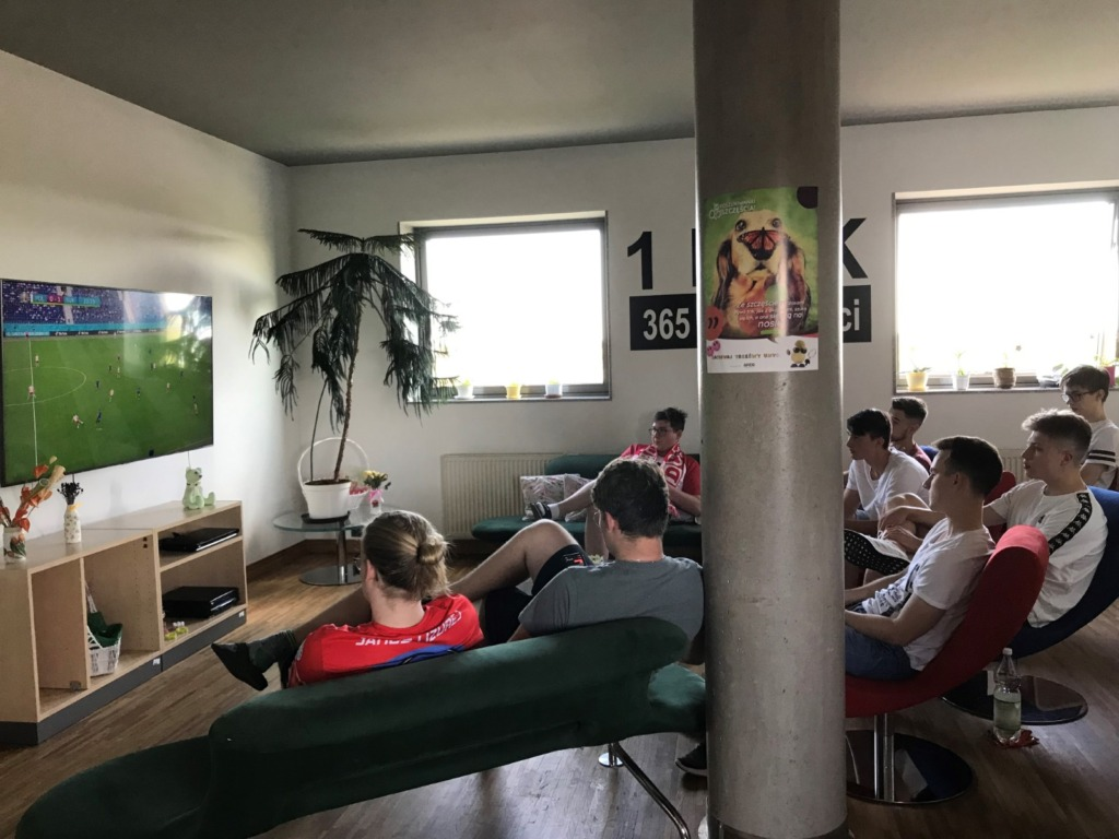 W świetlicy internackiej wychowankowie dopingują mecz Polska - Słowacja