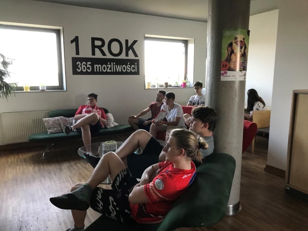 Mieszkańcy internatu oglądający z zaangażowaniem mecz.