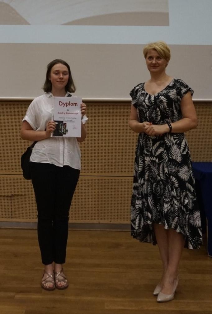 na zdjęciu widać panią Dyrektor i najlepszą czytelniczkę  technikum  z dyplomem i nagrodą