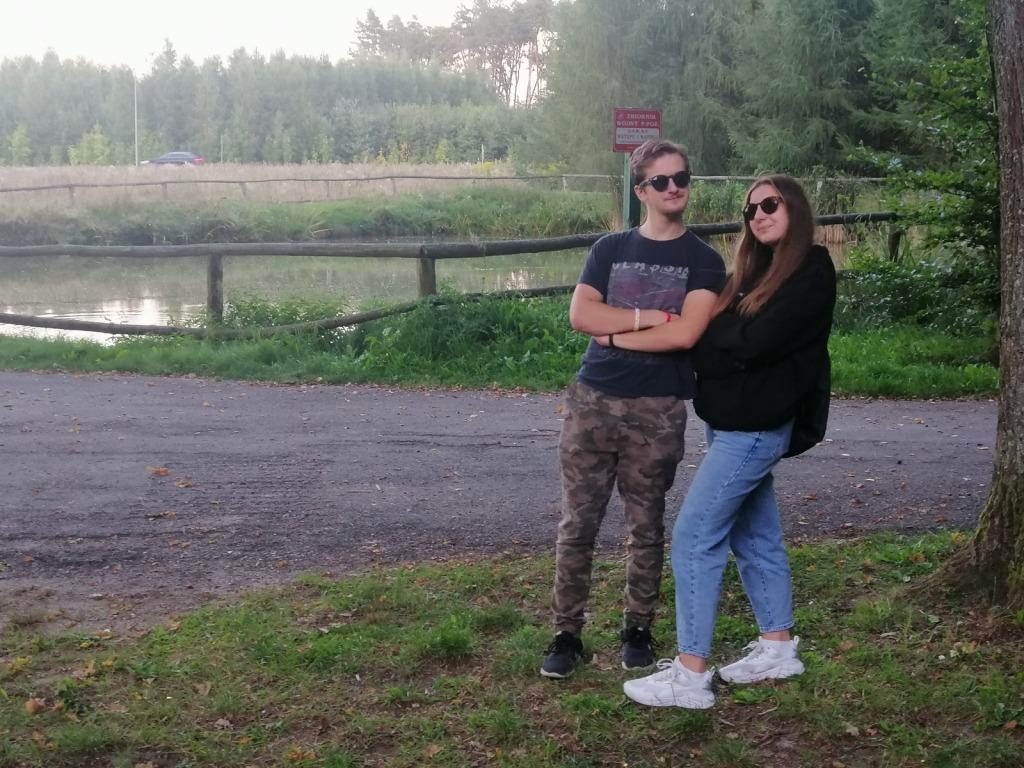 Julianna i Michał pozują w okularach przeciwsłonecznych