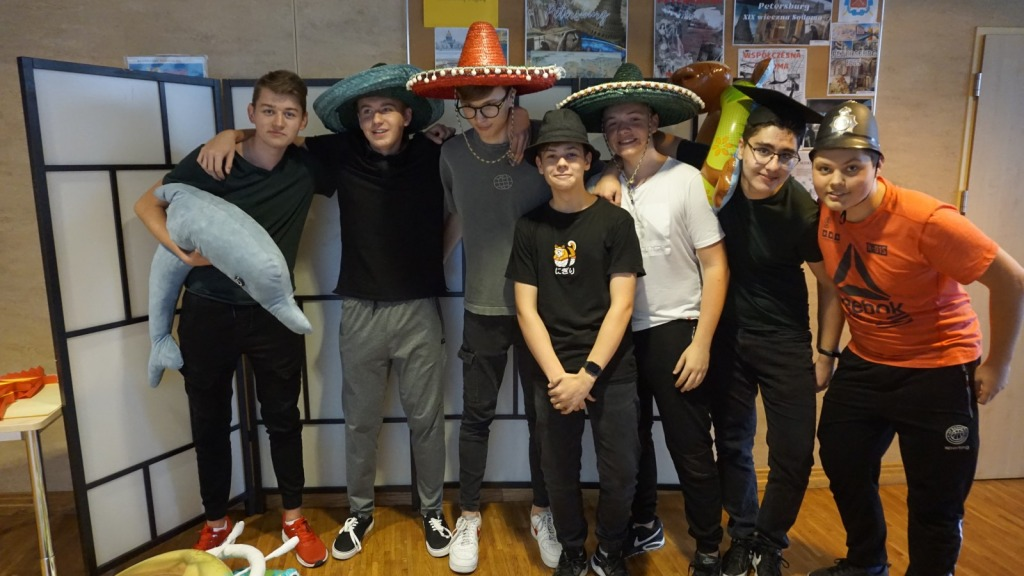 Uczniowie podczas hiszpańskiej zabawy