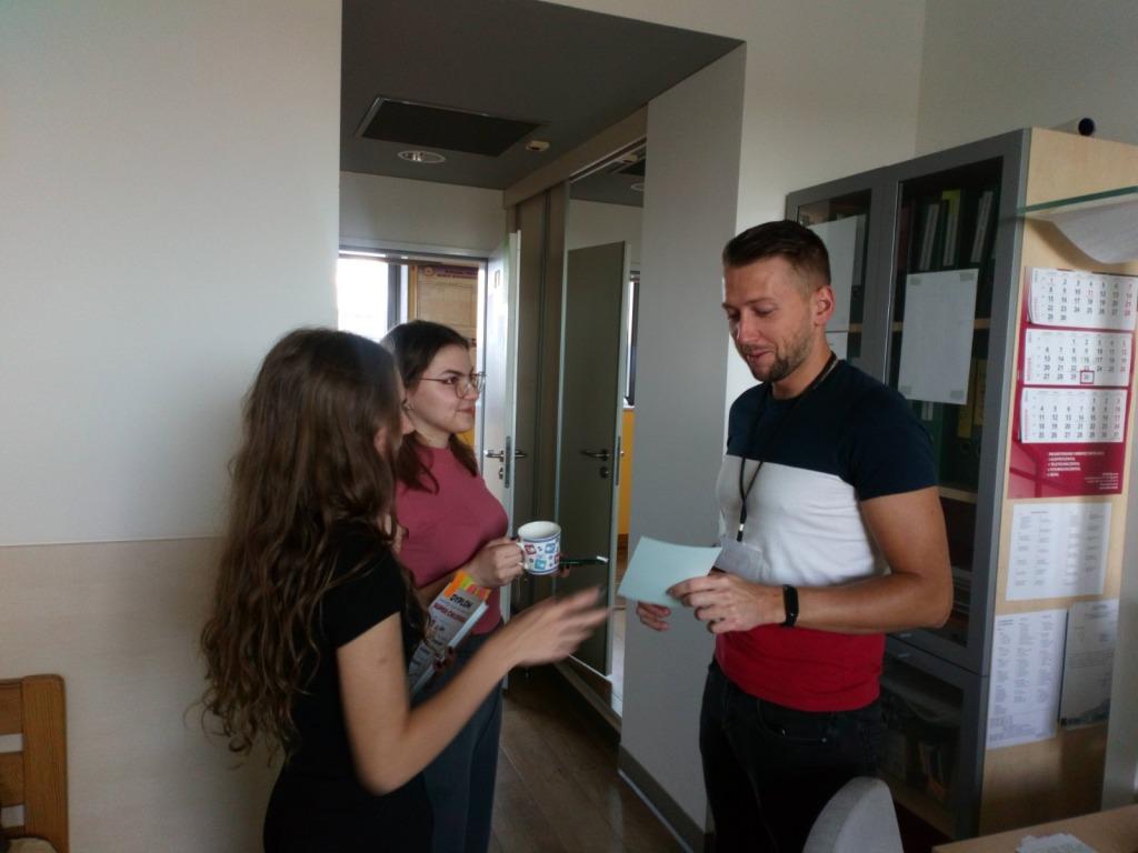 Uczennice składają życzenia wychowawcy internatu Panu Szymonowi z okazji Dnia Chłopaka