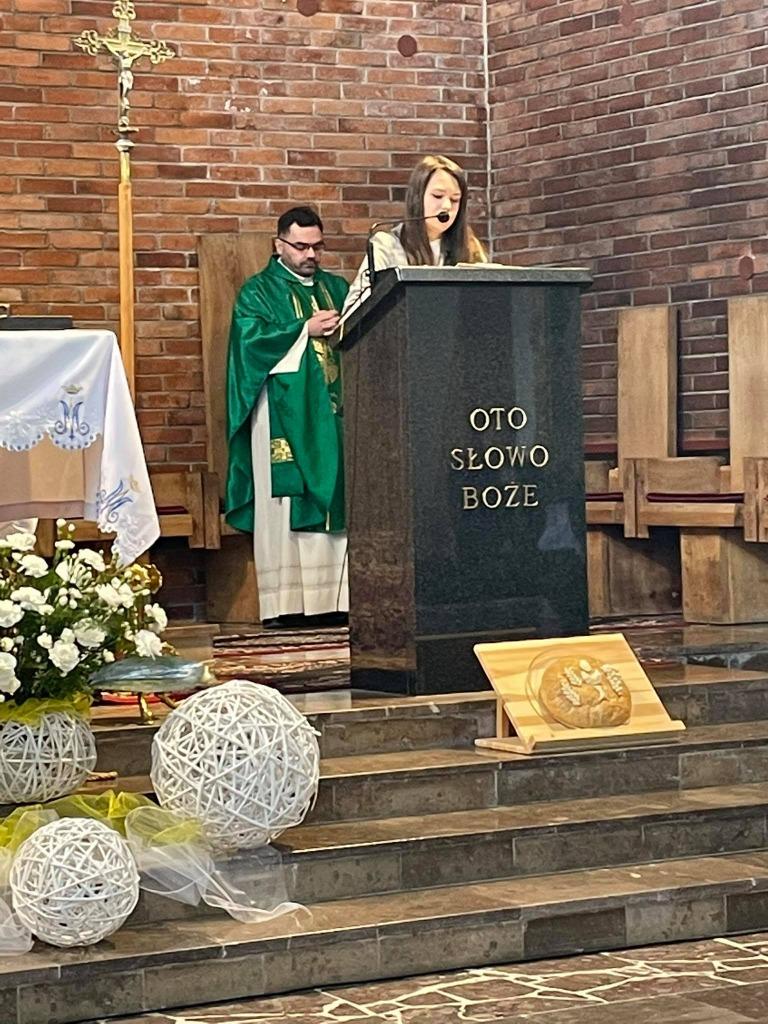Uczennica czytająca pismo święte
