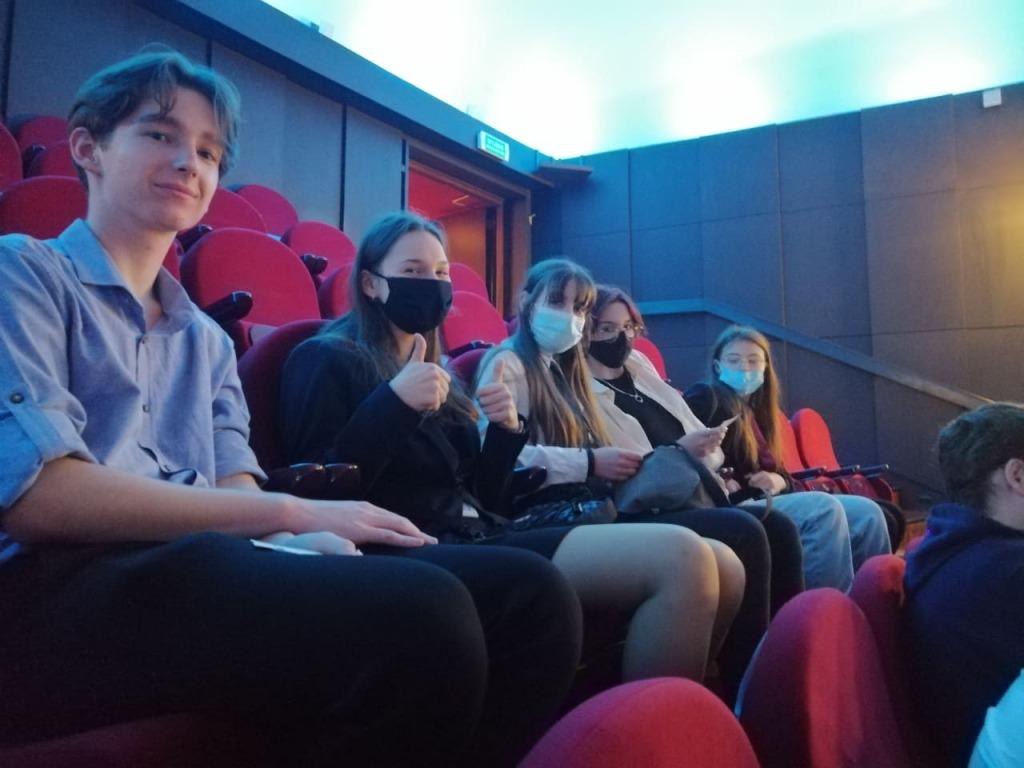 Uczniowie w teatrze